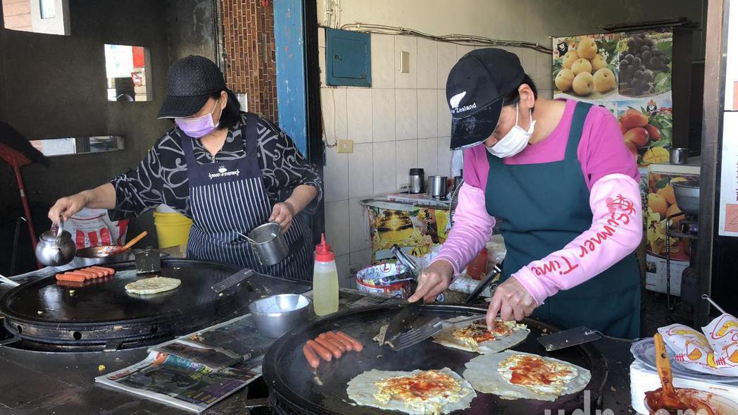 「阿福早點」兩名掌廚阿姨是店家活招牌。 記者林敬家/攝影