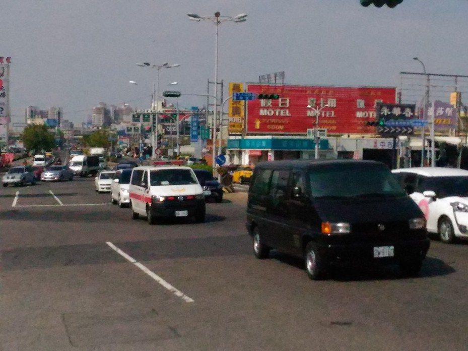 春節連假首日中午,國道1號台南仁德交流道附近車流順暢,警方預估傍5點以後車流會增多。記者黃宣翰/攝影