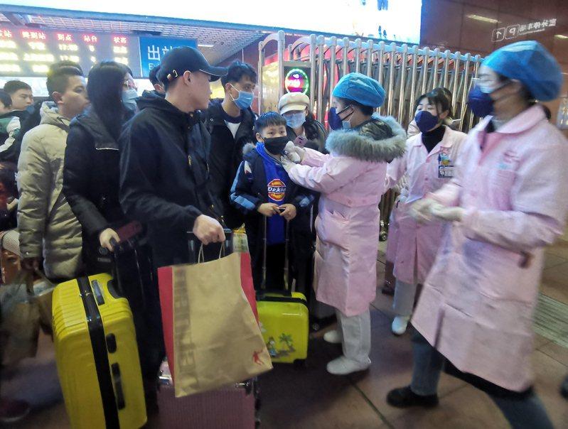 中國境內新型冠狀病毒疫情擴大,亞股23日不支倒地。(圖/歐新社)