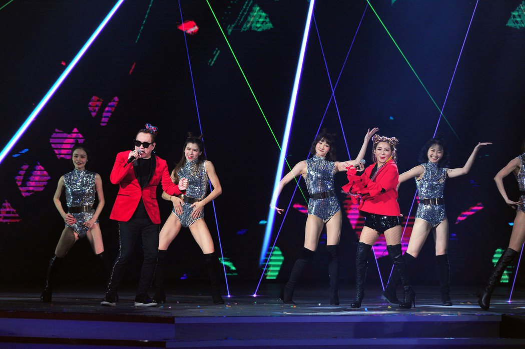 康康(左)和王彩樺在「紅白」熱情獻唱。圖/台視提供