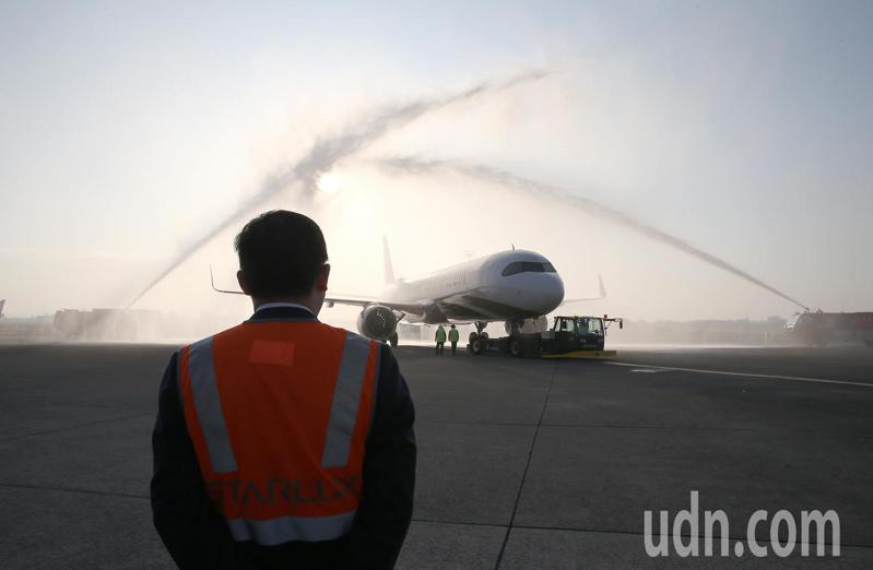 星宇航空23日首航,董事長張國煒(如圖)親自在停機坪送機。記者陳嘉寧/攝影
