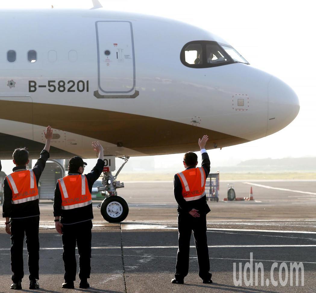 星宇航空23日首航,董事長張國煒(右)親自在停機坪送機。記者陳嘉寧/攝影