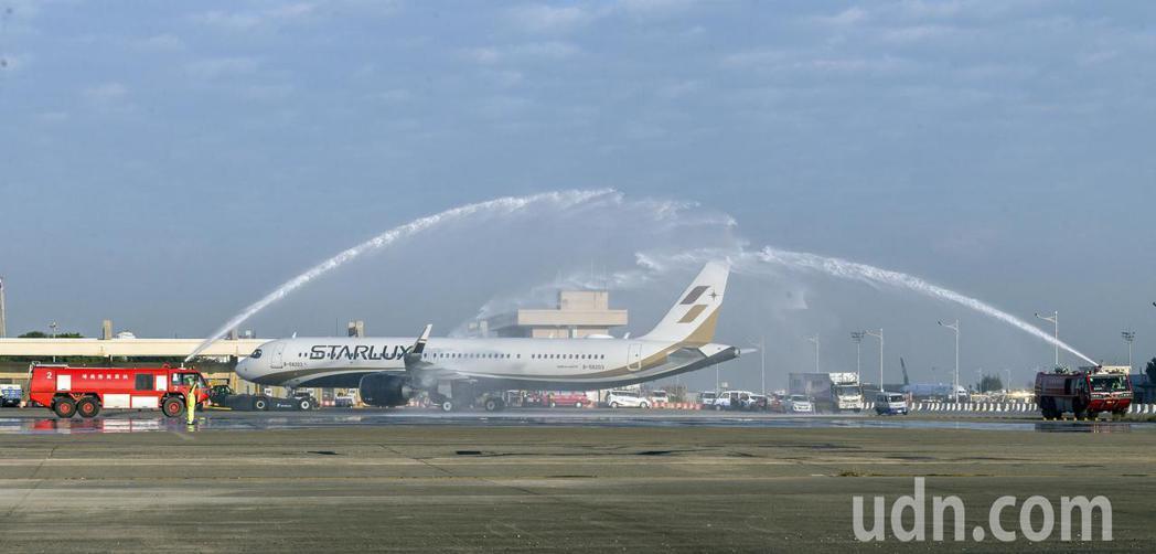 星宇航空23日首航,完成董事長張國煒多年心願。圖為首航班機從桃園機場南機坪後推,...