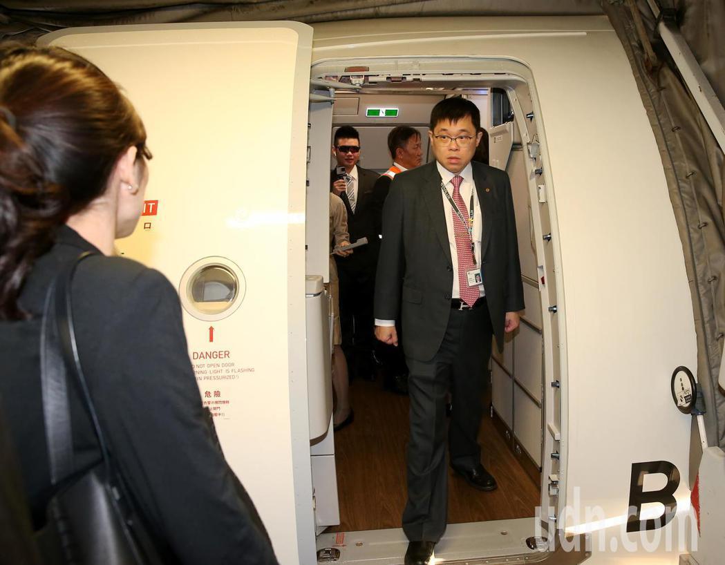 星宇航空23日首航,董事長張國煒(右)親自在空橋門口送機。記者陳嘉寧/攝影