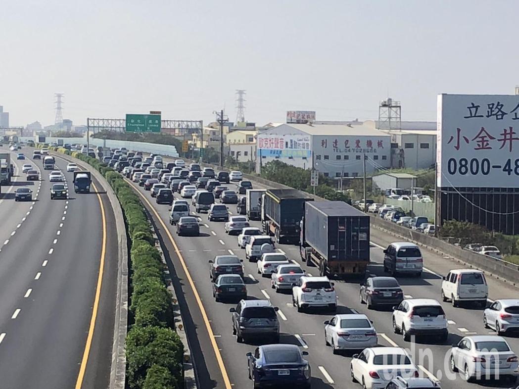 國道一號南下彰化路段今天出現塞車潮。記者林敬家/攝影
