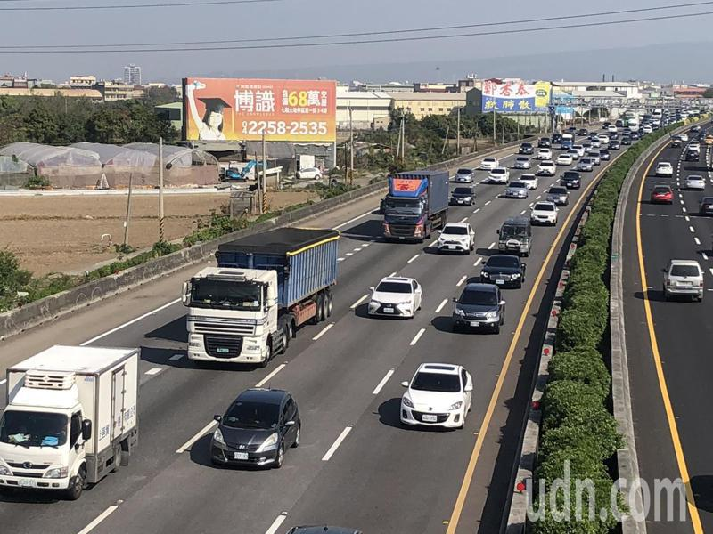 國道一號南下彰化路段23日已出現塞車潮。記者林敬家/攝影
