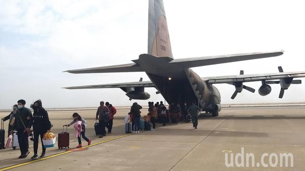 遠航停飛,造成金門機位嚴重不足,軍機今天共飛了3架次協助輸運候補民眾返鄉過年。記...