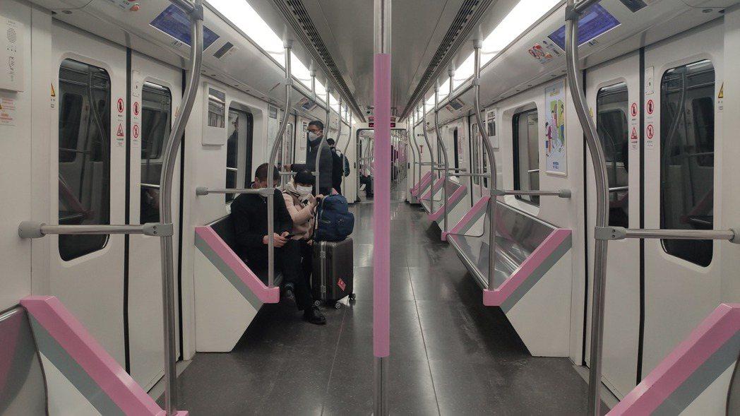 封城公告發布後,武漢地鐵2號線末班地鐵。 取自澎湃新聞
