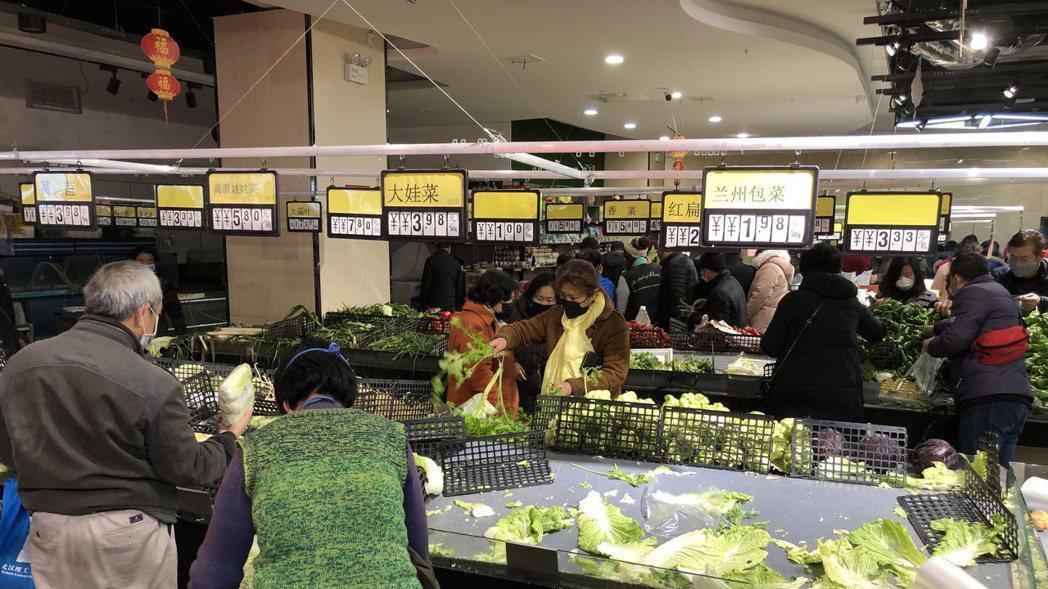 陸媒直擊武漢封城:市民排隊購物,菜價上漲。 取自澎湃新聞