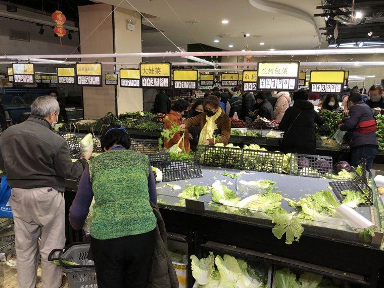陸媒直擊武漢封城:市民排隊購物,菜價上漲。取自澎湃新聞