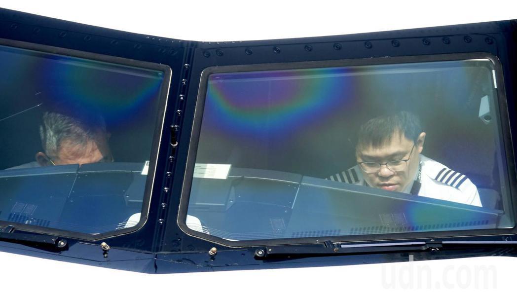 星宇航空公司23日首航,董事長張國煒(右)上午完成首航3箭的剪綵儀式後,中午變身...