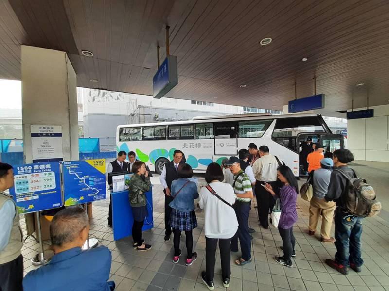 台北往花蓮國道客運一路順暢,「北花線」回遊號班車因為車身特殊美學設計被譽為「被發現」號,民眾訂票情況踴躍。圖/首都客運提供