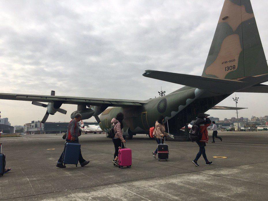 空軍第6混合聯隊派遣C-130型運輸機加入離島春節運行列,今天由台北松山機場飛金門和澎湖馬公各一班,合計疏運140人次返鄉。圖/空軍第6混合聯隊提供