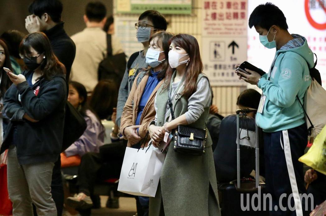 台北車站候車民眾。聯合報系資料照/記者林伯東攝影