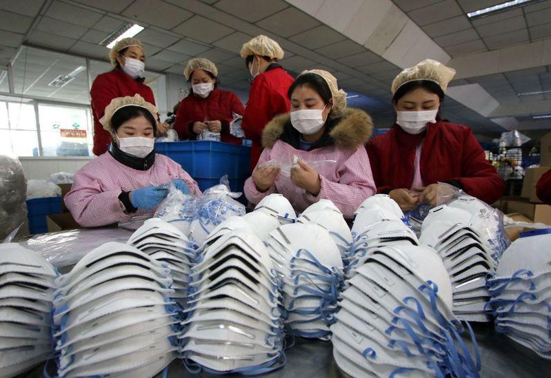 「武漢肺炎」疫情升溫,大陸河北省邯鄲市工廠趕工生產口罩。歐新社