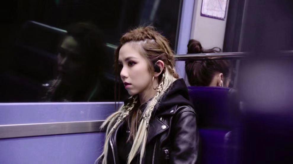 G.E.M.鄧紫棋23日中午12點推出最新MV「Fly Away」,為憂鬱症患者...