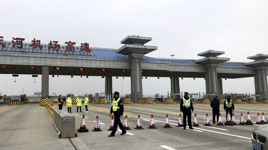 武漢關閉機場、火車站與高速公路離漢通道。黃岡、鄂州跟進。 (中新社)