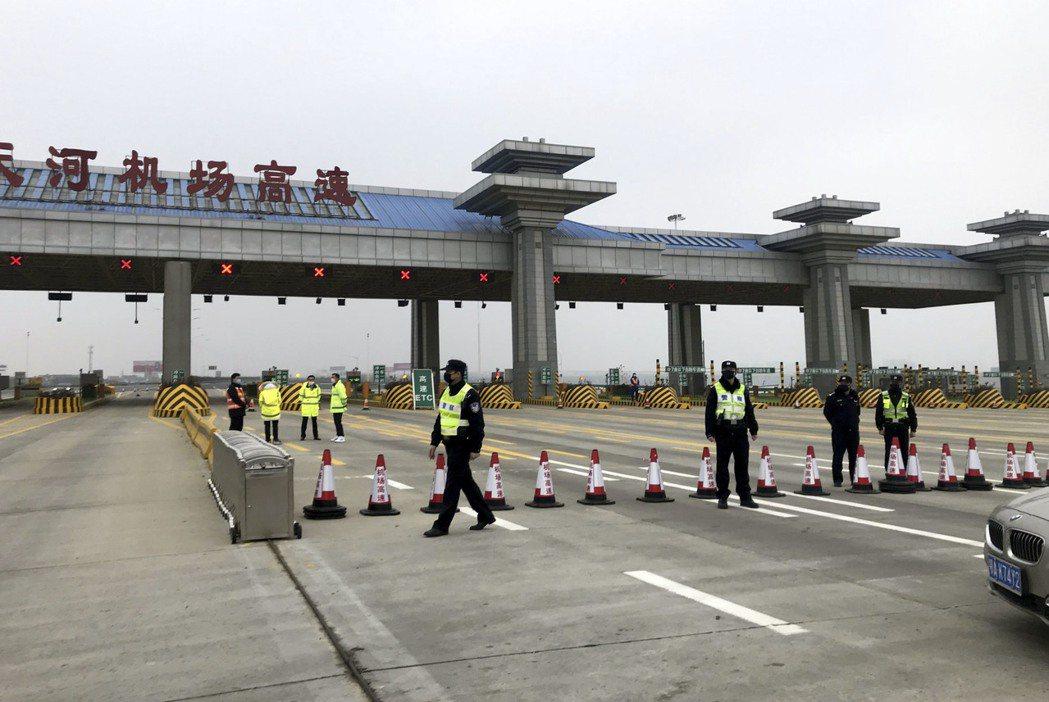 武漢關閉機場、火車站與高速公路離漢通道,黃岡、鄂州跟進。中新社