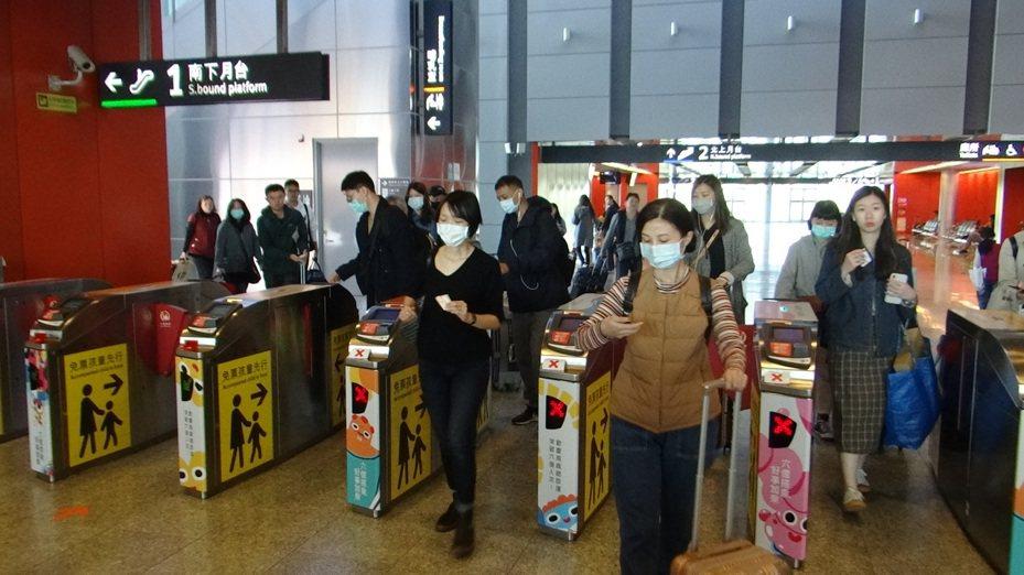 高鐵雲林站返鄉人潮,多數人都戴口罩,讓人感受武漢肺炎也可怕。記者蔡維斌/攝影