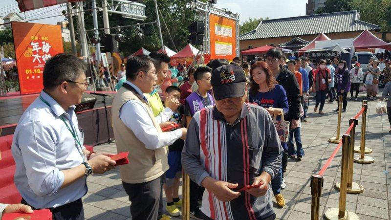 台南新化年貨大街今最後一天,下午市長黃偉哲還趕來會場發放新年紅包衝最後買氣。圖/台南市政府經發局提供