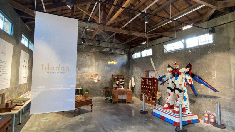 苗栗縣在地青年品牌「1多點」將有65年歷史竹南站前的老倉庫打造文化創意基地,命名為「中山168」。記者劉星君/攝影
