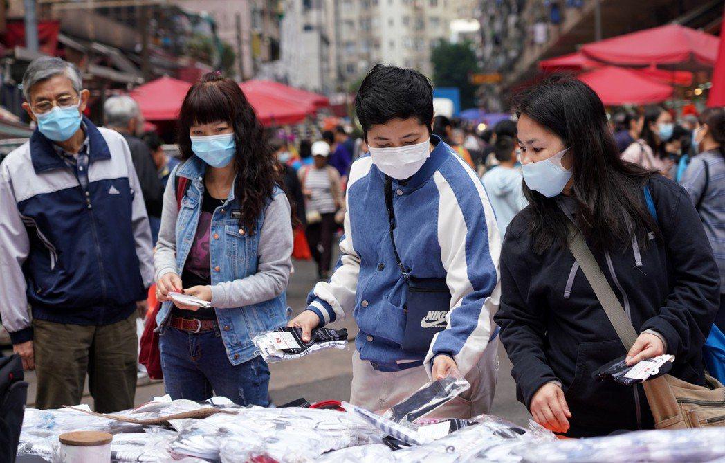 香港確診兩名新型肺炎病例,圖為春秧街傳統市場昨天熱鬧依舊,但市民已 戴口罩選購日...