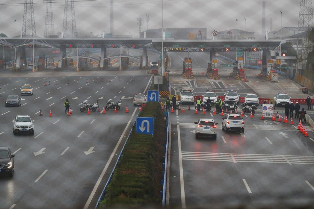 湖北23日起多處高速公路口封閉交通管制防疫。(中新社)