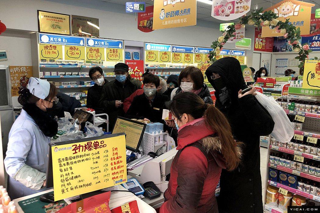 圖為武漢民眾23日在藥房採購各種防疫商品。(第一財經)