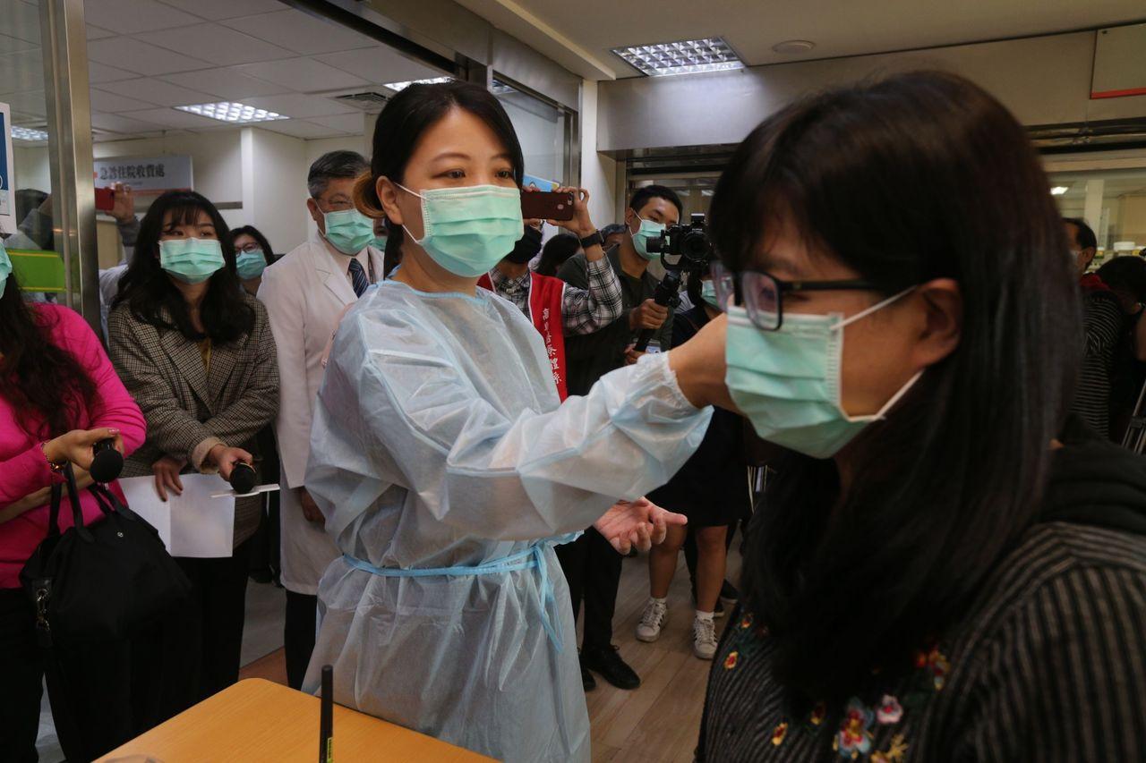 「抗煞英雄」台北市立聯合醫院副總院長璩大成說,和當年的SARS相比,「比SARS...