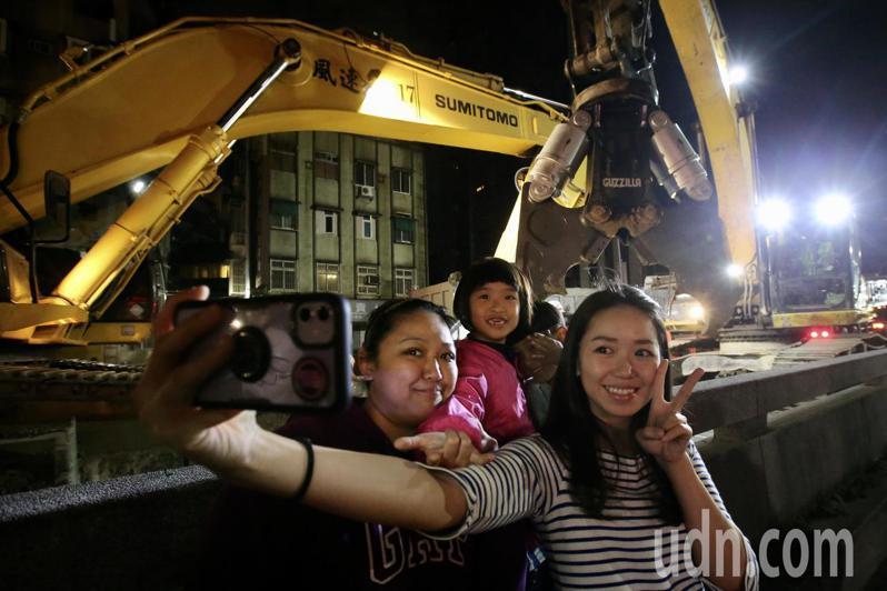 中正橋引道拆除工程晚上開始,晚間各式工程車輛開上橋面,準備拆除工程,不少附近居民前來拍照紀念這歷史的一刻。記者許正宏/攝影
