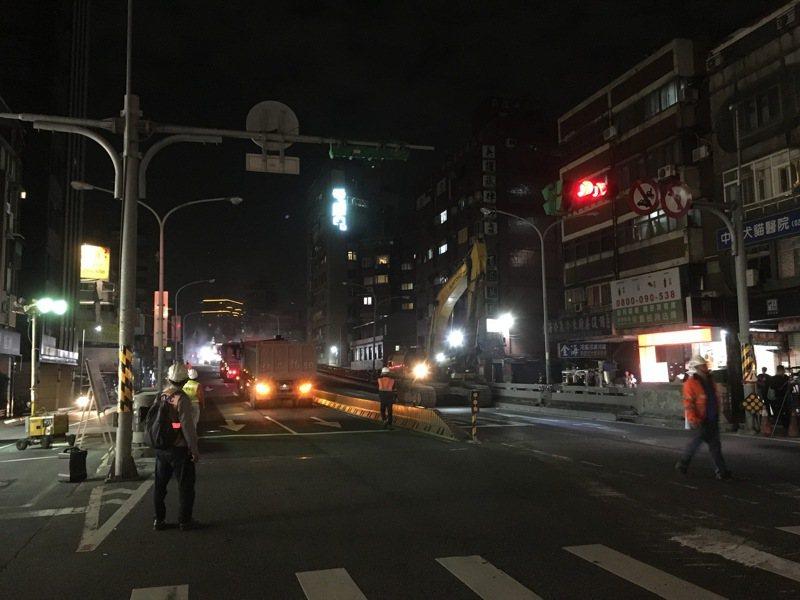 銜接中正橋台北端的重慶南路高架橋,台北市政府力拚春節4天夷平,稍早舉行拆橋典禮,卸下橋名牌後,在副市長彭振聲一聲鳴笛下,啟動拆除作業。記者張世杰/攝影