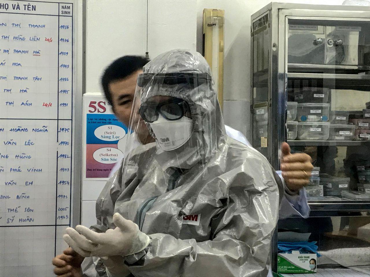 越南衛生部副部長23日進入隔離區探視兩名感染武漢肺炎的病人前,穿上防護衣。法新社