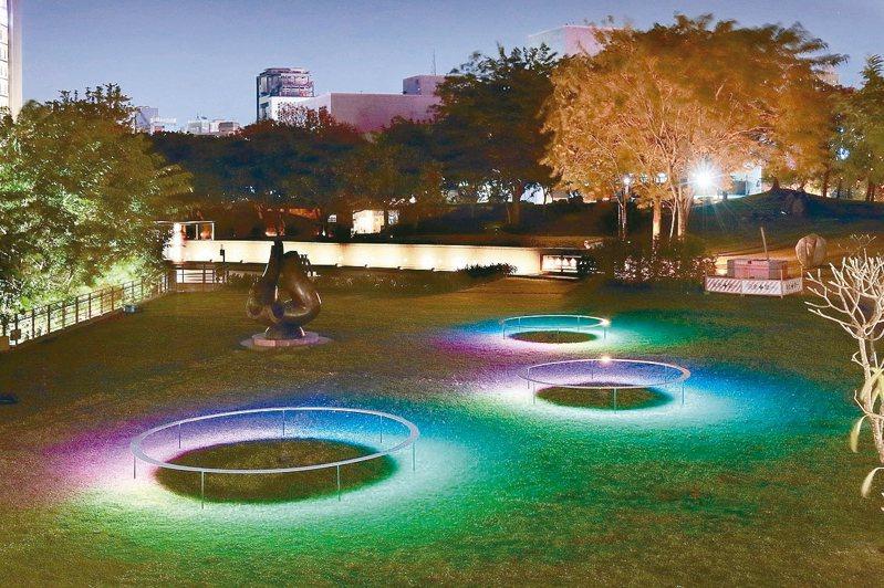 新年走春夜晚也有別致的景點,國美館「2020台灣國際光影藝術節」有各式戶外光影裝置。 圖/國美館提供