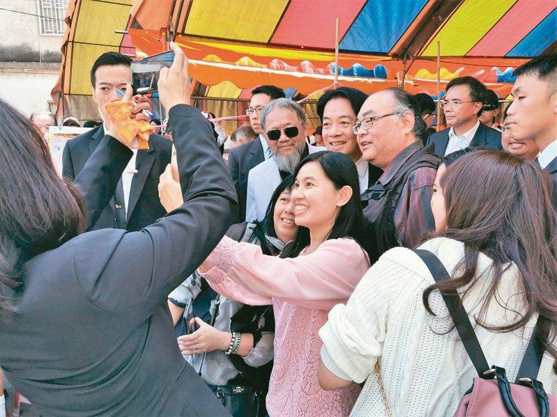 副總統當選人賴清德昨參加布袋鎮過溝村建德宮餐會,受到民眾熱情歡迎、爭取合影。 記者卜敏正/攝影