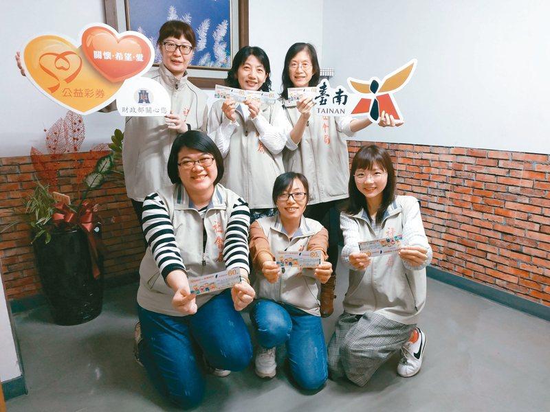 台南市府社會局在寒假期間針對弱勢孩子發放餐券,孩子可持券到超商兌換餐點。 圖/台南市社會局提供