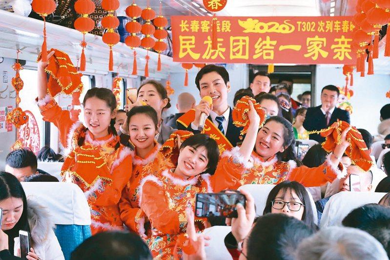 今天是2020年農曆除夕,在22日的返鄉列車上,鐵路工作人員為旅客表演節目。 新華社