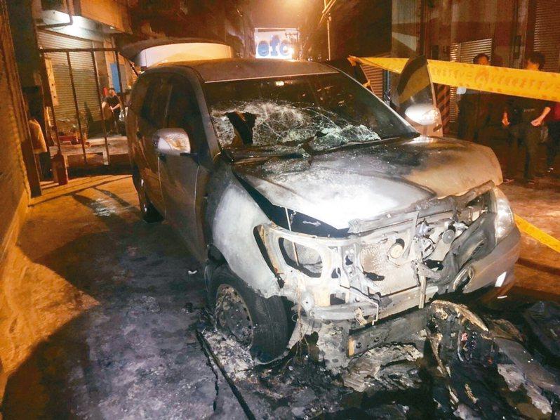 蔡姓男子騎機車衝撞吳姓男子住家,並潑灑汽油,引發火勢燒傷自己,現場二輛轎車遭大火波及,鈑金焦黑變形。 記者巫鴻瑋/翻攝