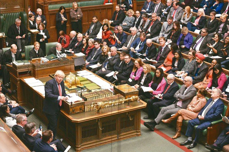 英國首相強生(左站立者)廿二日在下議院答詢。 (歐新社)