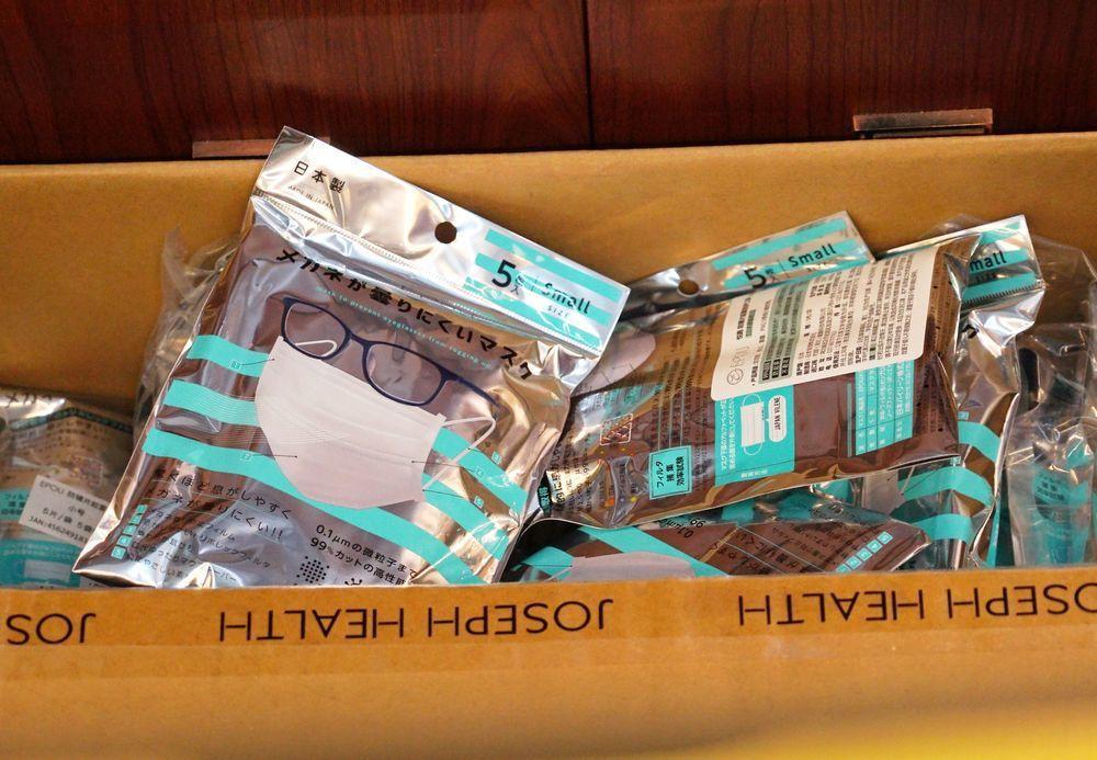 武漢一間藥房的倉庫放著一箱日本進口口罩。(美聯社)