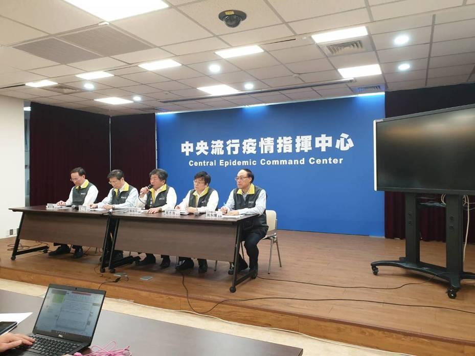 中央流行疫情指揮中心今天晚間臨時召開記者會,宣布再新增兩名確診案例,分別為一位50多歲的中國女性,另外一位為50歲的台灣男性。 記者陳雨鑫/攝影