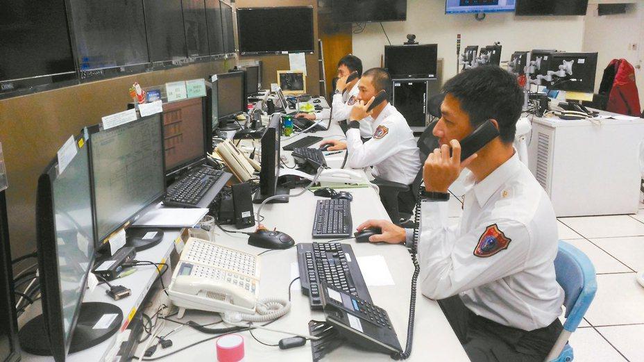 台南消防局災害應變中心值勤人員,春節期間24小時待命,堅守工作崗位。 記者黃宣翰/攝影