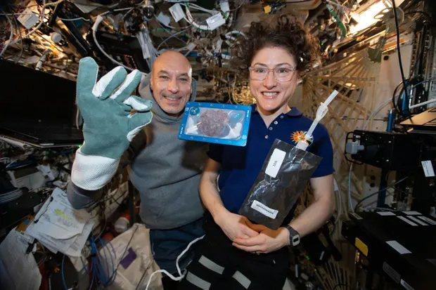 太空人在國際太空站烤巧克力豆脆片餅乾,烤一片餅乾需耗時2小時,遠高出地球上20分鐘烘焙時間。圖/NASA
