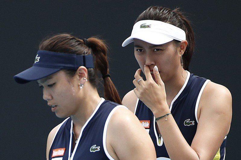 詹家姊妹詹詠然(左)與詹皓晴在場上奮戰。 WTA提供