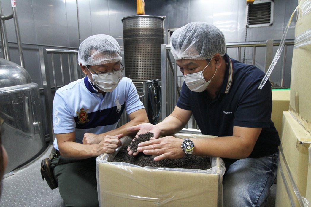 昔日在飲料廠的工作經驗成為吳隆中創業的基礎,如今從選料到製作全程要求完全不馬虎。...