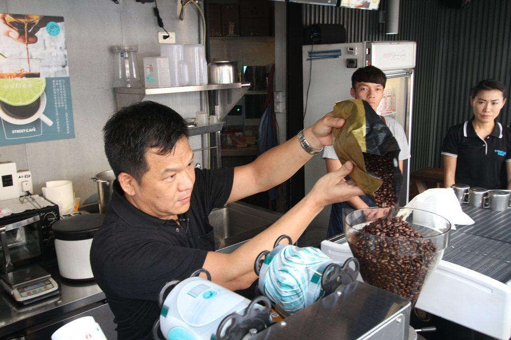 街頭咖啡秉持與吳家紅茶冰一樣的平價策略,成為南台灣咖啡市場的新星。 吳家紅茶冰/...