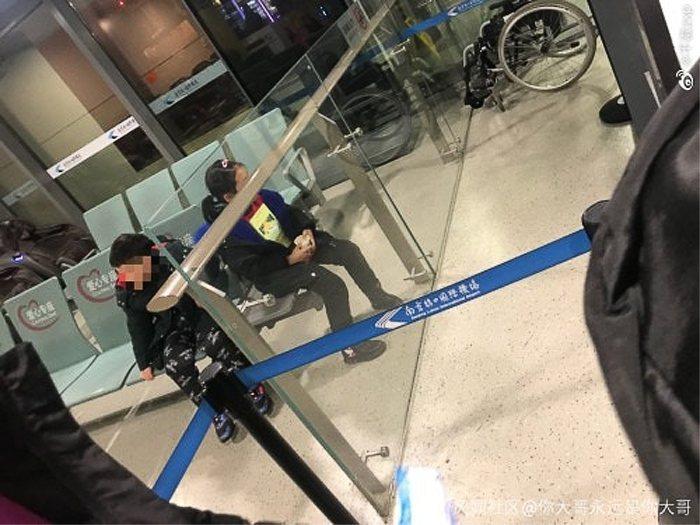 兩名孩童其中一人有發燒現象,被拒絕登機,父母在大鬧機場,仍丟下兩名小孩逕自登機。圖/擷自香港01