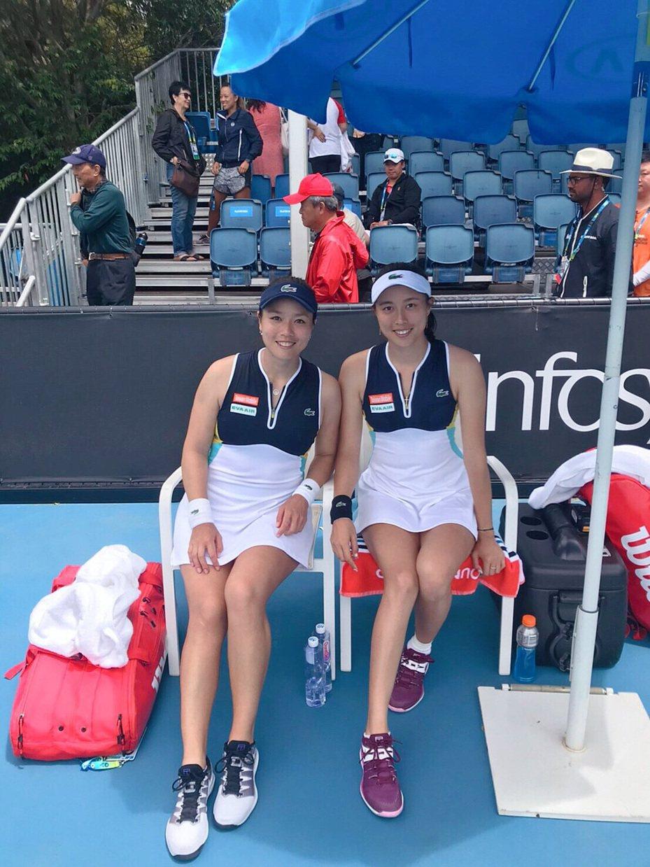 詹詠然(左)與詹皓晴姊妹再闖澳網女雙16強。 劉雪貞提供