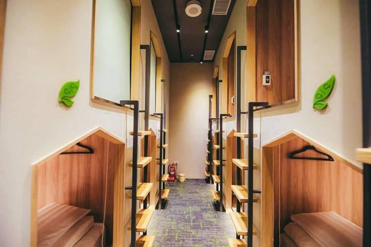 町・草休行館的單人膠囊旅館。圖/摘自町・草休行館臉書