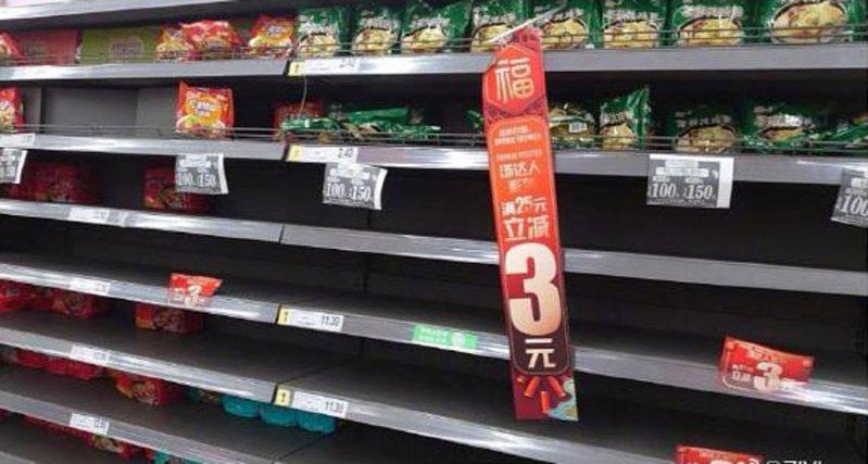 有大陸網民笑言,即使封城了,香菇燉雞麵還是最難吃的。(微博圖片)