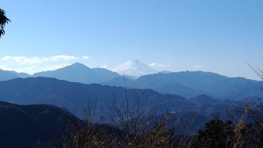 高尾山頂可遠眺富士山。記者楊德宜/攝影